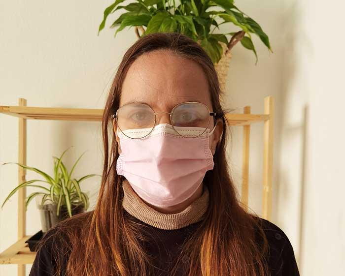 chica con gafas empañadas por vaho mascarilla