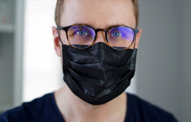 chico gafas con mascarilla